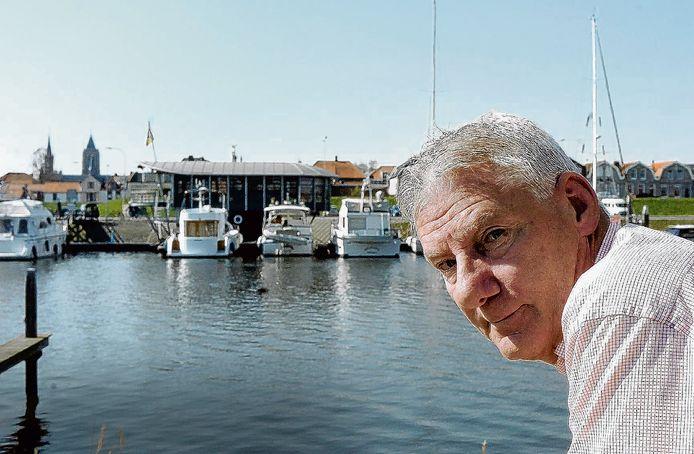 Fotograaf Thom van Amsterdam portretteerde zijn oud-collega Dick de Boer in de haven van Tholen.