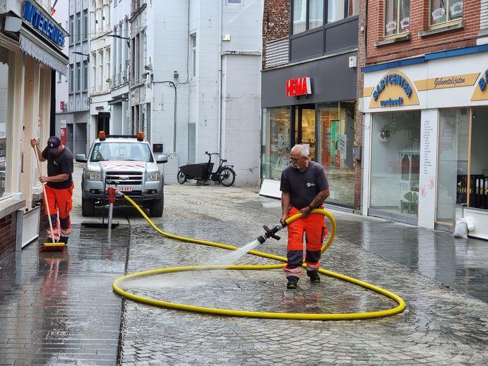 Stadsarbeiders van Halle spoten opnieuw de Basiliekstraat proper nadat de winkelwandelstraat voor de vierde keer deze zomer onder water liep.