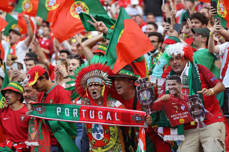 De Portugese fans schreeuwen de Seleção naar de overwinning tegen Hongarije, dinsdag in Boedapest. Beeld AFP