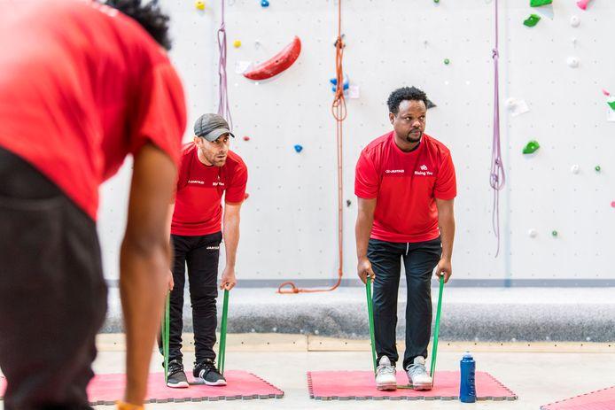 Opvallend misschien: de kandidaten volgen wekelijks fitness- en sportsessies. Zo worden de kandidaten voorbereid op fysiek werk, wat de kans op blessures of fysieke ongemakken verkleint