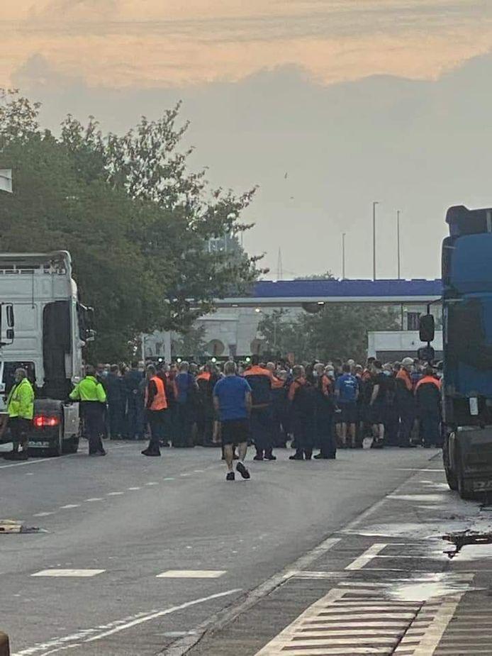 Vrijdagochtend bij het ochtendgloren waren honderden werknemers nog steeds niet aan de slag.