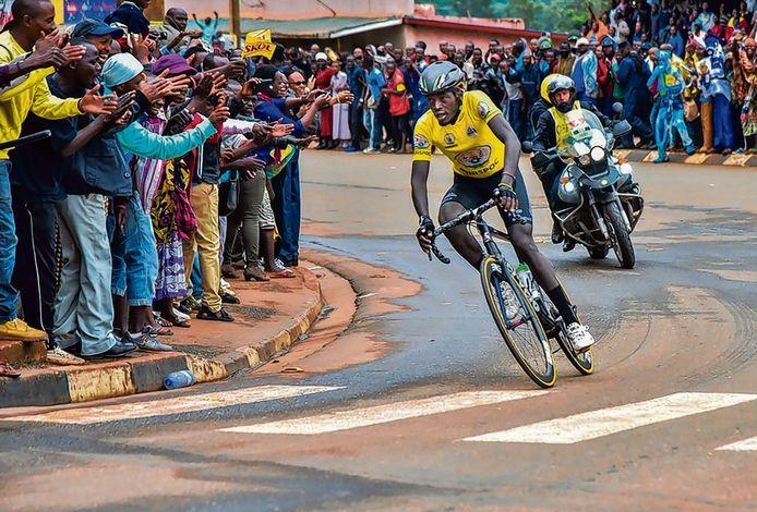 Wielerfans in de Rwandese hoofdstad Kigali.