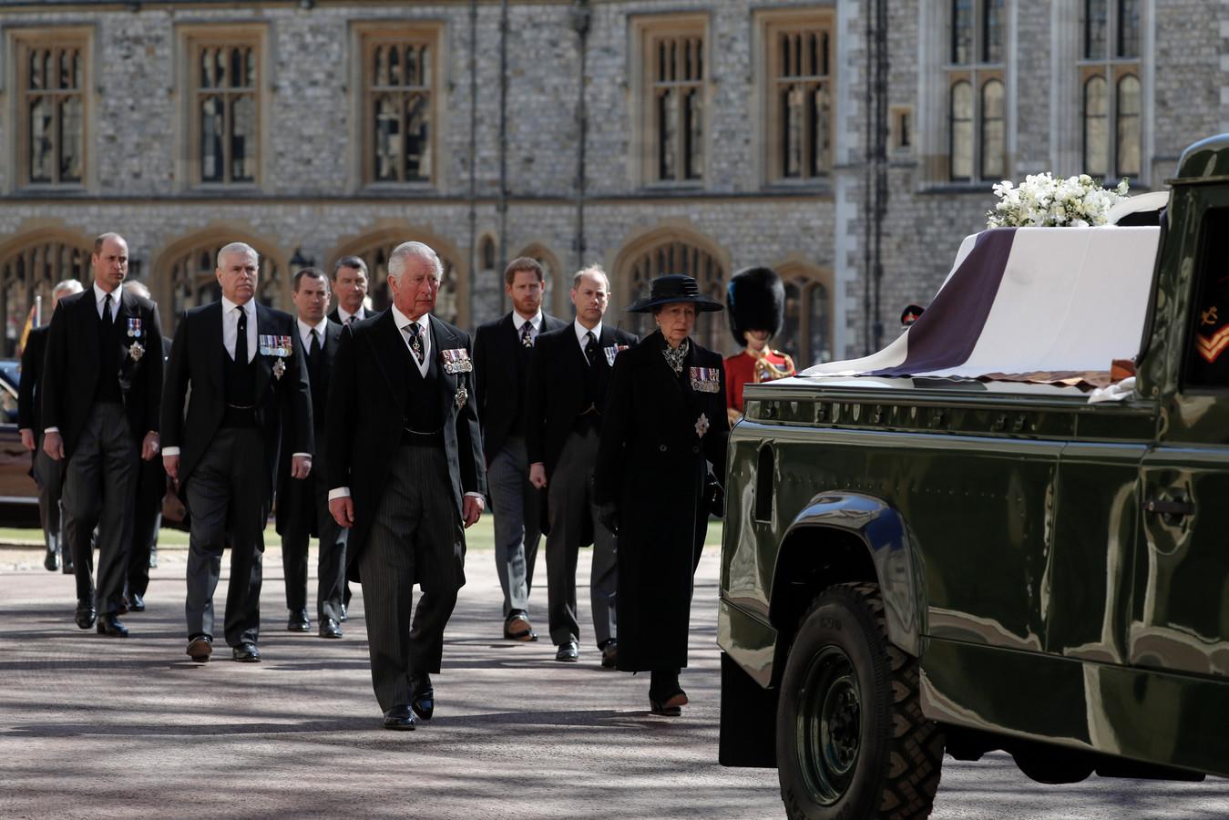 Prins Charles, prinses Anne, prins Andrew. Prins Edward, prins William, Peter Phillips, prins Harry, Earl of Snowdon en Tim Laurence
