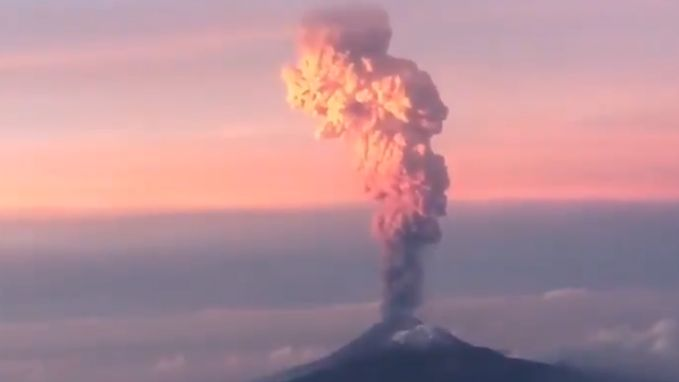 Vliegtuigpassagiers filmen spectaculaire vulkaanuitbarsting