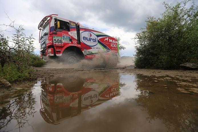 De MAN van Hans Stacey tijdens de twaalfde etappe van de Dakar Rally