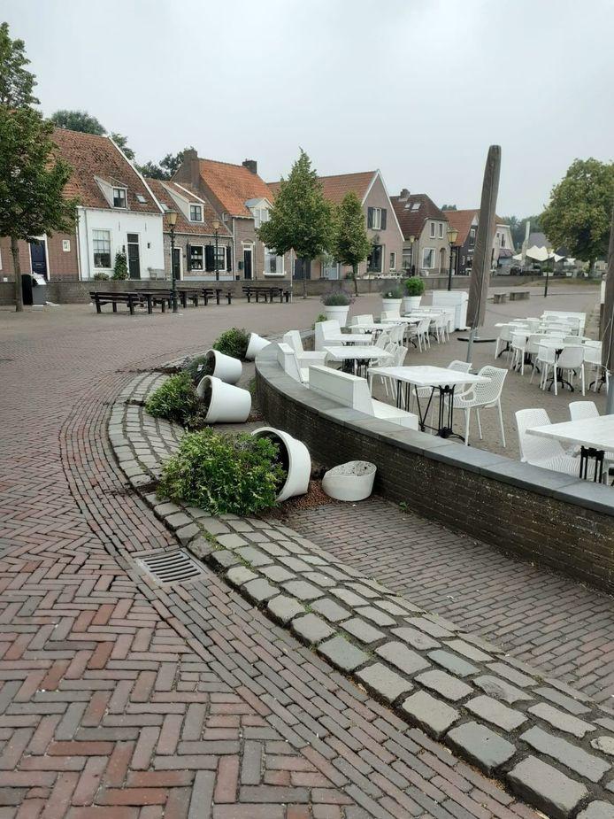Planten en struiken zijn omgegooid in de omgeving van de Elburgse haven.