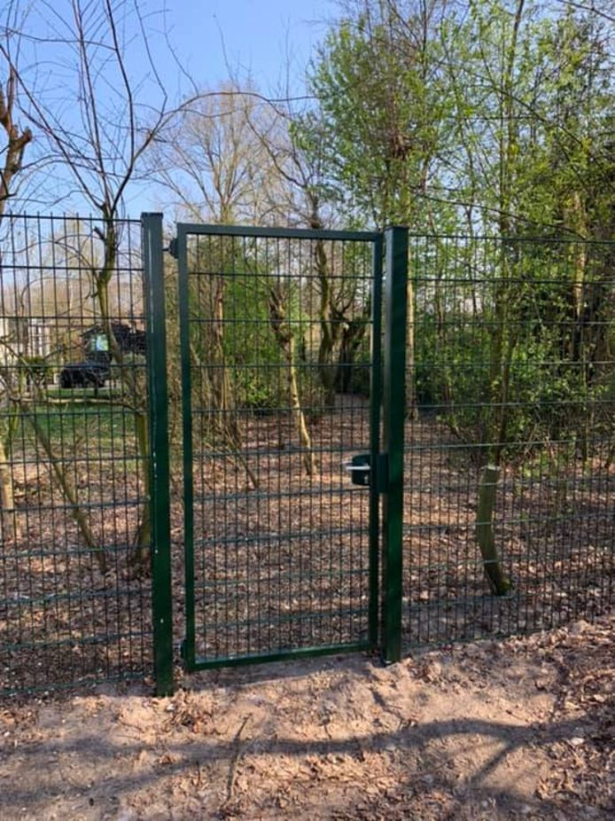 Bij het terrein van camping De Bosfazant verspert een poort het voetpad naar de sporthal in Moergestel