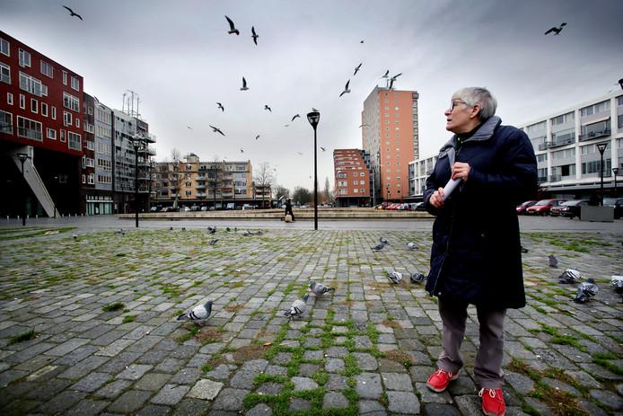 Greet Stam tussen de duiven van het Admiraalsplein.