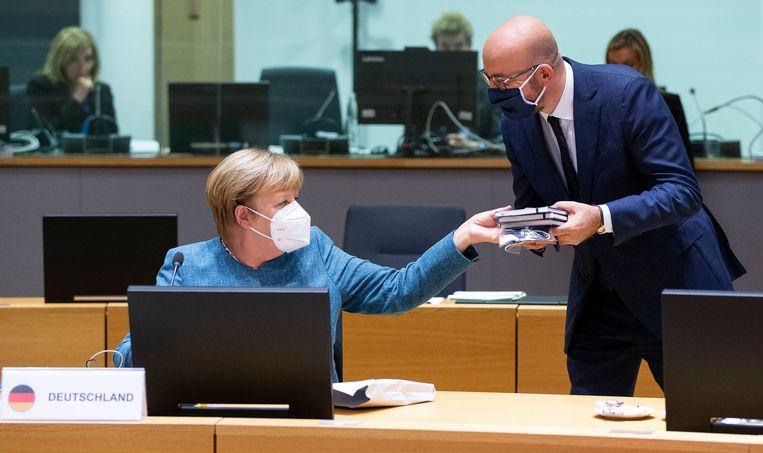 Bondskanselier Angela Merkel en EU-president Charles Michel op de Europese top in Brussel. Beeld Photo News