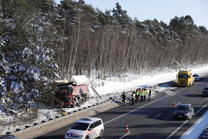 De vrachtwagen is in de berm van de A73 tot stilstand gekomen nadat de chauffeur door de vangrail was gereden bij Vierlingsbeek.