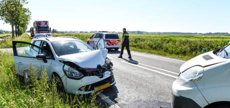 Auto's knallen frontaal op elkaar