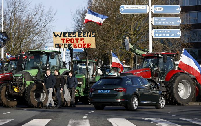 Tractors blokkeren een kruispunt nabij de Koekamp. Boze boeren demonstreren tegen het stikstofbeleid van het kabinet.