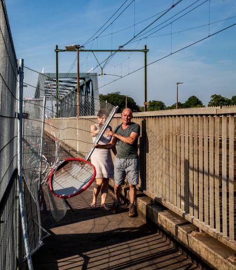 Hekken blokkeren geliefd Deventer wandelgebied, maar jongeren lopen gewoon door: 'Haal ze toch weg'