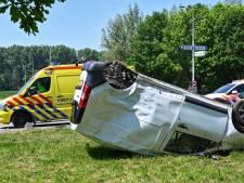 Auto slaat over de kop na aanrijding met vrachtwagen in Klundert