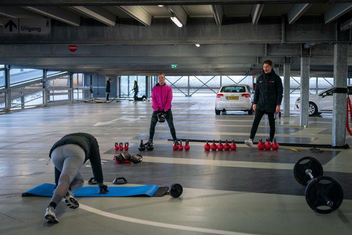 De parkeergarage bij station Elst biedt dezer dagen onderdak aan sporters. 'Een soort warming up voor de sporthal en het zwembad die hier ook ergens moeten verrijzen.'