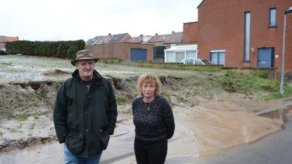 """Polderstraat bezorgd om modderstromen: """"Rioolputjes zitten al vol zand"""""""