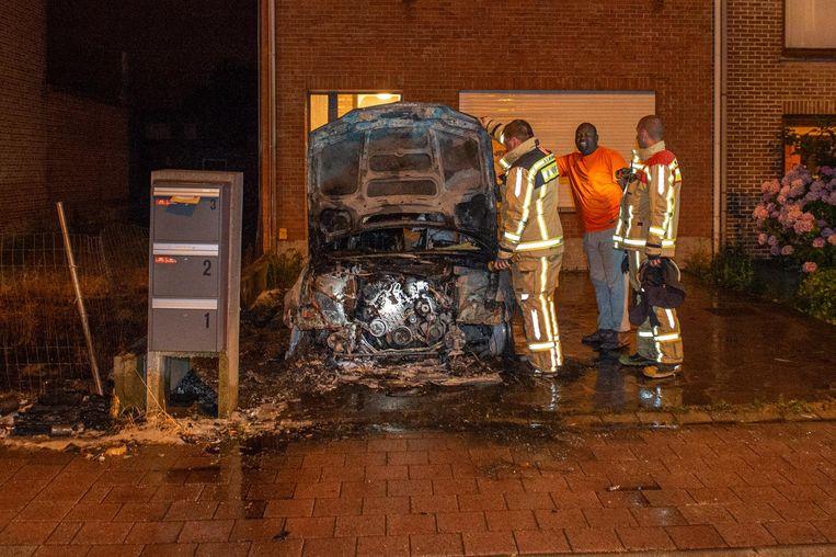 De eigenaar van de auto (in oranje shirt) komt de schade opmeten.
