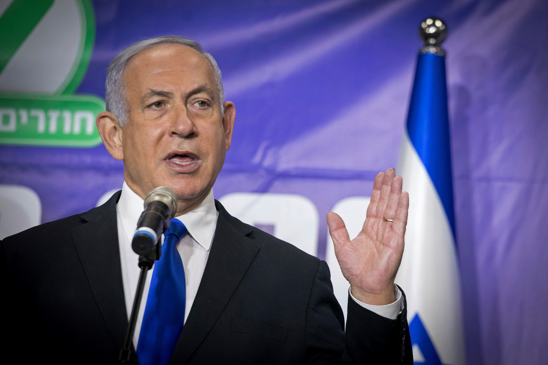 Een trotse Benjamin Netanyahu op een persconferentie naar aanleiding van de 5 miljoenste vaccinatie in Israël. De premier gaat er prat  op dat hij persoonlijk met de grote baas van Pfizer heeft onderhandeld. Beeld AP