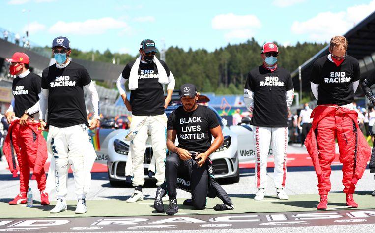 Lewis Hamilton knielend tijdens de Grand Prix van Oostenrijk in juli dit jaar. Beeld AP