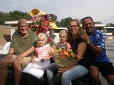 Bloemen voor Juna (4), want ze is de 75.000ste bezoeker van de Aarweide
