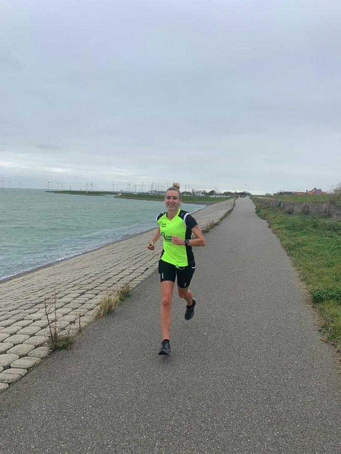 Judith Goetheer (2de op de 10 Mijl) liep met de wind in rug over de Oosterscheldekering en wist zo 3 minuten van haar PR af te halen.