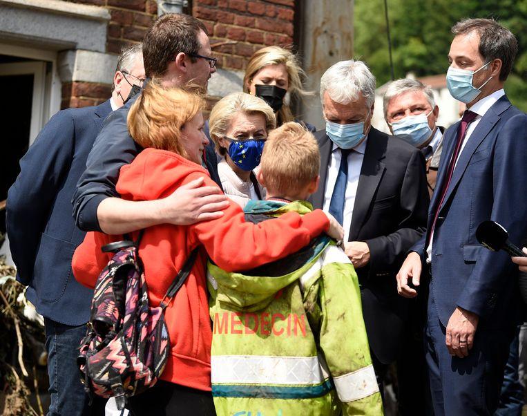 Premier Alexander De Croo (r.) en voorzitter van de Europese Commissie Ursula von der Leyen bezoeken slachtoffers in Pepinster. Beeld Photo News