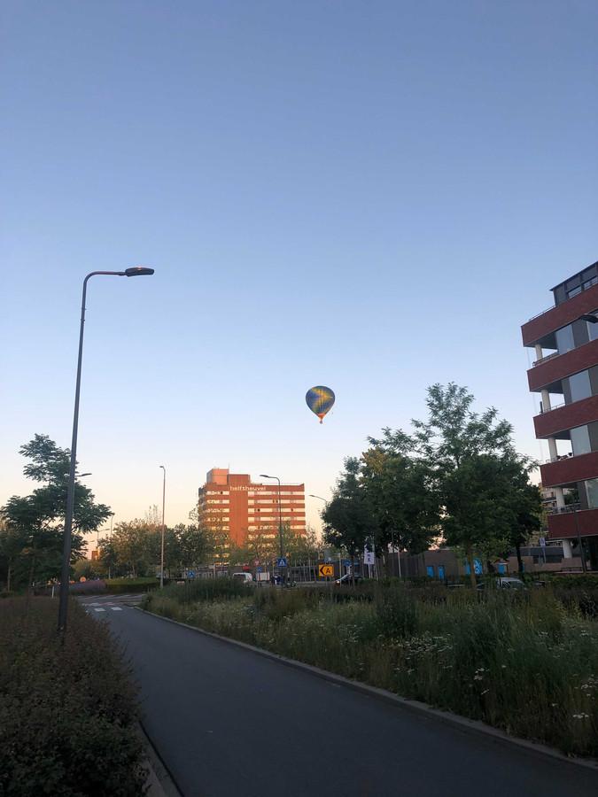 Buurtbewoners in de Gouverneur Holvoetstraat zagen de ballon gisteren rakelings over een woontoren vliegen.