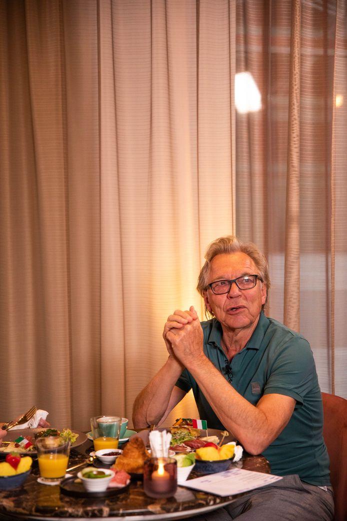 Jan Mulder tijdens het ontbijt.