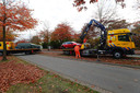 De auto's die betrokken waren bij de schietpartij in Veldhoven worden maandagmiddag weggetakeld.