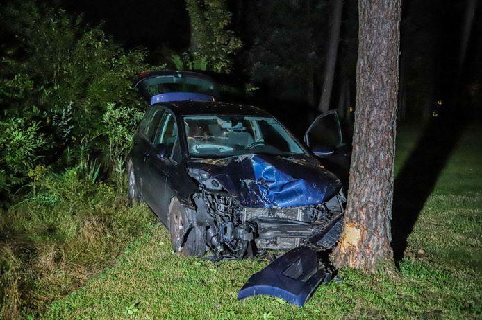 Bij het ongeluk op de Loenenseweg vlakbij de A50-afrit bij Beekbergen raakte een auto zwaar beschadigd.