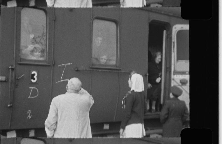 Marcus Degen met zijn moeder, achter het tweede raam van links, in de trein die op 19 mei 1944 met 446 Joden en 245 Sinti en Roma Kamp Westerbork verlaat. Beeld still uit film westerbork