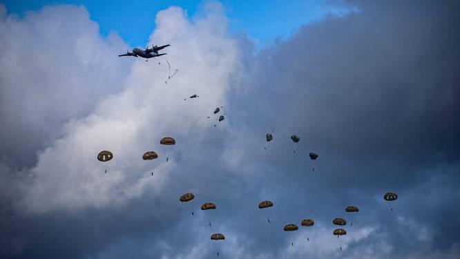 Het regent vandaag parachutisten boven Ermelo: dit is waarom