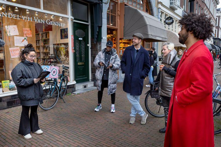 Dichters Maureen Ghazal, Elten Kiene, Wessel Klootwijk, Elfie Tromp en Dean Bowen dragen zaterdagmiddag voor boekhandel Van Gennep in Rotterdam voor uit de bundel Lockdown - gedichten voor een ongewone tijd. Schrijvers en dichters halen gewoonlijk naast het schrijven hun inkomsten uit lezingen geven, in opdracht schrijven, debatten leiden en schrijfcursussen geven. Dat werk is nu weggevallen. Beeld Pauline Marie Niks
