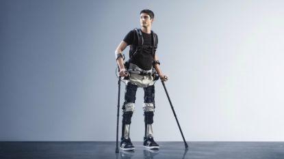 """Compleet verlamde man (30) loopt weer dankzij robotpak: """"Alsof ik de eerste man op de maan was"""""""