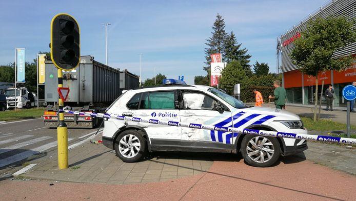 De beschadigde politiewagen