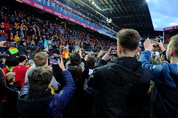 Smartphones boven wanneer de spelers op de tribune de promotie vieren