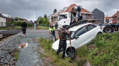 Oeps, verkeerd pedaal ingedrukt: vrouw duikt met auto van één dag oud het spoorwegtalud naar beneden in Leupegem