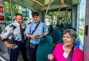Controleurs van de RET kijken of mensen zijn ingecheckt en helpen de reizigers indien nodig.
