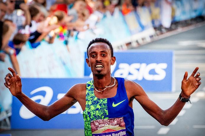 Blijdschap bij Solomon Berihu als hij als winnaar over de eindstreep gaat.