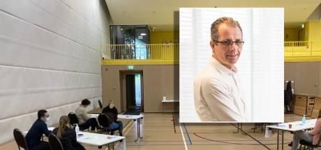 Huisarts uit Zwolle vanaf vaccinatielocatie: 'Onbegrijpelijk, mensen blijven thuis door advies Gezondheidsraad!'