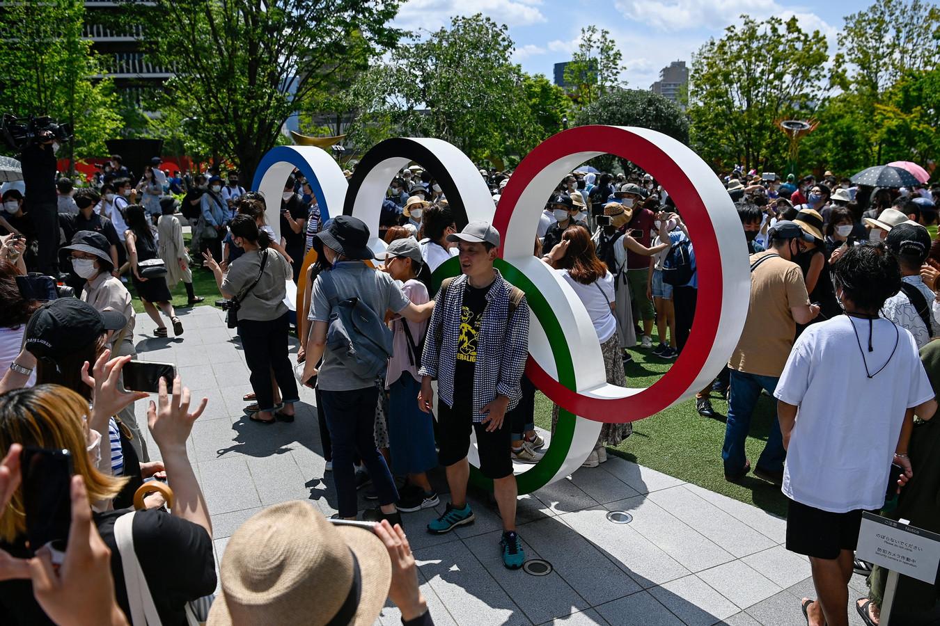 Publiek poseert bij de Olympische ringen in Tokio.
