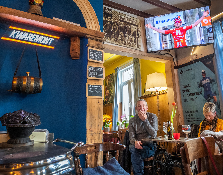 België. Kwaremont. In café D'Oude hoeve kijkt oud Ronde van Vlaanderen winnaar Pol Verschuere nog een etappe uit de wielerronde Paris-Nice gekeken waar gelukkig een Belg wint. Beeld Patrick Post