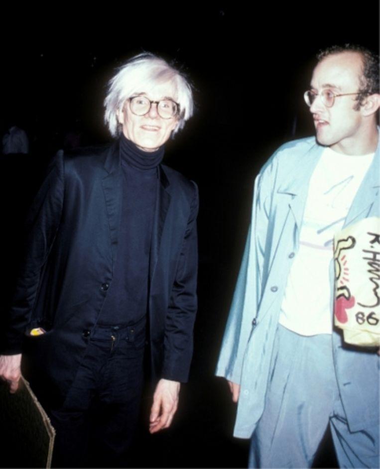 'Dat Keith zijn werk en zijn imago op goedkope spullen wilde verspreiden, paste helemaal in de filosofie van de popart van Andy Warhol.' Foto: Andy Warhol en Keith Haring. Beeld