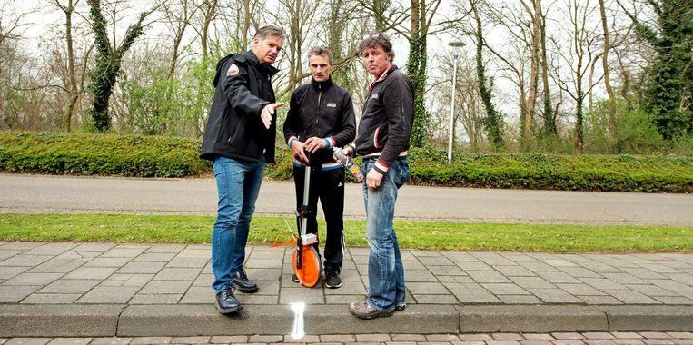 Dan even een lijntje trekken voor de Amstel Radler Challenge, vrijdag op de Cauberg. Beeld Klaas Jan van der Weij / de Volkskrant