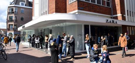 Klanten Zara staan in verbijstering ineens voor een dichte deur, bewaker houdt winkelend publiek buiten