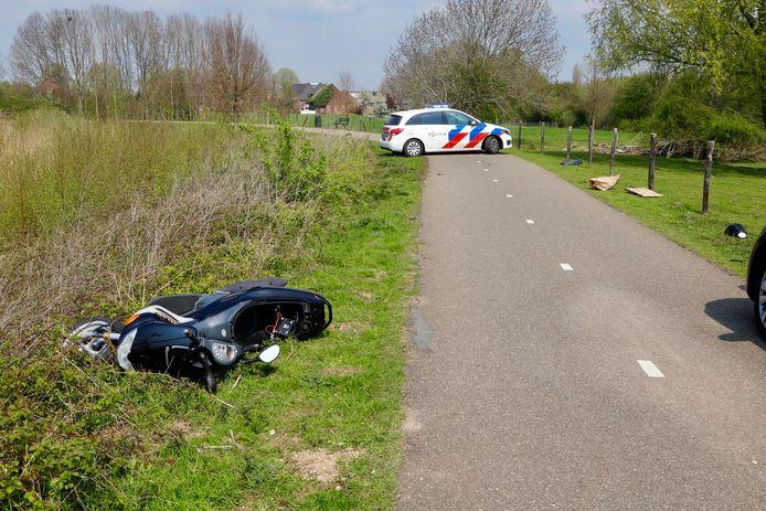 De bestuurder liet de motorscooter na de botsing in de berm achter.
