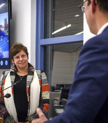 Bloemen voor de nieuwe wethouder in een lege raadszaal: 'Welkom in Berkelland'