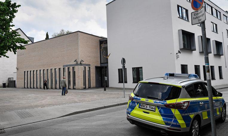 Politiebewaking bij een synagoge in Gelsenkirchen. Een in die stad opgenomen video waarin demonstranten 'scheiss Jude'  roepen, leidde tot veel tot verontwaardiging.  Beeld AP