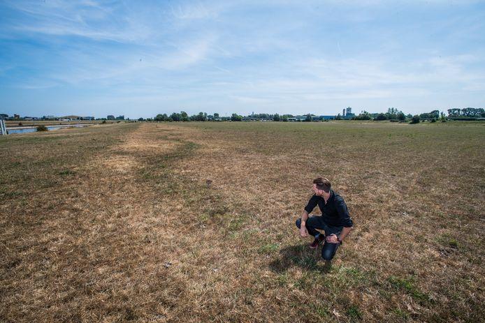 Archeoloog Martijn Reinders bij de zigzag patronen van dicht gemaakte Duitse loopgraven in de uiterwaarden bij Westervoort.