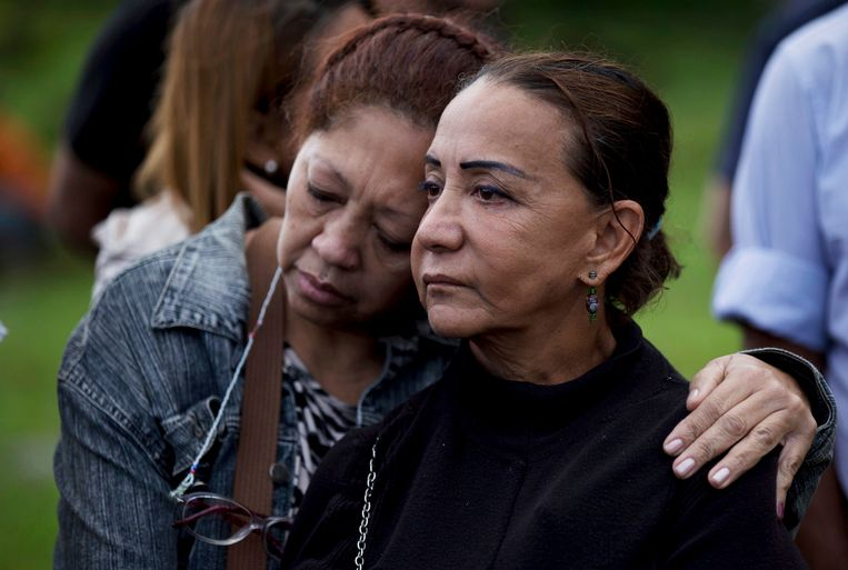 Aura Perez, right, aunt of rebel policeman Óscar Pérez, is comforted by an unidentified woman while they mourn in front of his tomb. Beeld AP